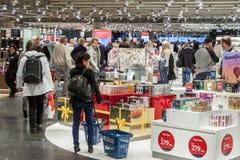 Intérieur de boutique hors taxe à l'International Airp d'Oslo Gardermoen Photographie stock libre de droits
