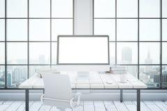 Intérieur de bureau avec l'ordinateur de maquette Photo stock