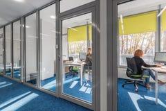 Intérieur de bureau avec le mur en verre Photo libre de droits