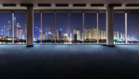 Intérieur de bureau avec les fenêtres panoramiques Image stock