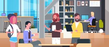 Intérieur de bureau de Coworking avec les personnes occasionnelles travaillant, groupe occasionnel d'hommes d'affaires au centre  illustration libre de droits