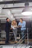 Intérieur de bureau d'escalier de Team Sharing Ideas Stand On d'hommes d'affaires, hommes d'affaires et réunion créatifs modernes Image libre de droits