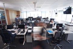 Intérieur de bureau ouvert moderne occupé de plan avec le personnel photo stock