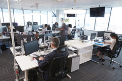 Intérieur de bureau ouvert moderne occupé de plan avec le personnel image stock