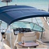 Intérieur de cabine de yacht avec la table Photo stock