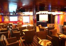 Intérieur de café avec l'étape sur le bateau de croisière Photographie stock libre de droits