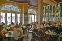 Intérieur de café dans le quartier français de la Nouvelle-Orléans, Louisiane pendant le matin Image stock