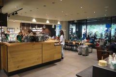 Intérieur de café de Starbucks Photo stock