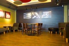 Intérieur de café de Starbucks image stock