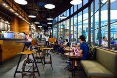 Intérieur de café de Starbucks photographie stock libre de droits