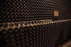 Intérieur de cave avec des bouteilles de vieilles bouteilles de champagne Photos libres de droits