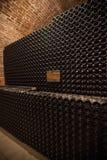 Intérieur de cave avec des bouteilles de vieilles bouteilles de champagne Photos stock