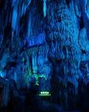 intérieur de caverne avec la lumière bleue Images libres de droits