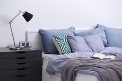 Intérieur de chambre à coucher avec le lit et le nightstand photographie stock libre de droits