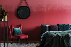 Intérieur de chambre à coucher avec le miroir rond images libres de droits