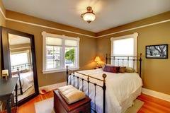 Intérieur de chambre à coucher avec les murs d'or. photographie stock