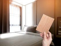 Intérieur de chambre à coucher confortable dans la conception moderne bas éclairage et lentille photographie stock