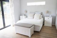Intérieur de chambre à coucher contemporaine élégante photographie stock libre de droits