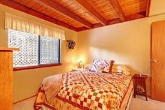 Intérieur de chambre à coucher dans la maison de carlingue de lob photo libre de droits
