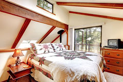 Intérieur de chambre à coucher dans la maison de carlingue de lob photographie stock