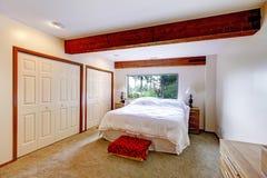 Intérieur de chambre à coucher dans la maison de carlingue de rondin photos stock
