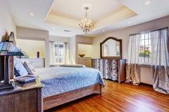 Intérieur de chambre à coucher dans la maison de luxe photo stock