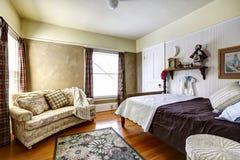 Intérieur de chambre à coucher dans la vieille maison photographie stock libre de droits