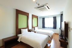 Intérieur de chambre à coucher de deux lits Images libres de droits
