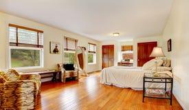 Intérieur de chambre à coucher de femme élégante avec habiller le miroir et reposer l'espace Image libre de droits
