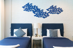 Intérieur de chambre à coucher de luxe dans la maison ou l'hôtel avec la lampe Intérieur Image libre de droits