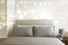 Intérieur de chambre à coucher moderne avec le double lit confortable Chambre à coucher moderne Images stock