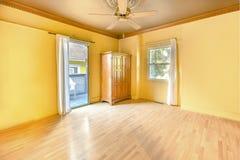Intérieur de chambre à coucher principale vide dans la maison ensoleillée lumineuse de San Diego Images libres de droits