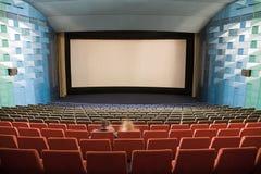 Intérieur de cinéma avec des gens Photographie stock libre de droits