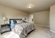 Intérieur de conception simple de la chambre à coucher de la femme beige images libres de droits