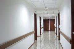 Intérieur de couloir à l'intérieur d'un hôpital moderne Photos stock