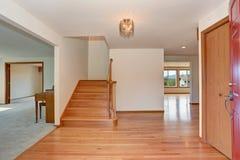 Intérieur de couloir avec le plancher en bois dur Vue d'entrée principale ouverte images stock