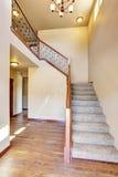 Intérieur de couloir avec le plancher en bois dur Vue des escaliers de moquette images libres de droits