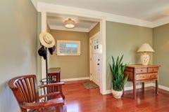 Intérieur de couloir avec les murs et le plancher en bois dur olives Photos libres de droits