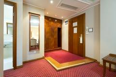 Intérieur de couloir d'hôtel avec deux portes en bois Image stock