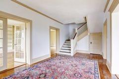 Intérieur de couloir dans les tons blancs avec le plancher en bois dur et la couverture images stock