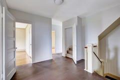 Intérieur de couloir dans les tons blancs et portes ouvertes à la salle image stock