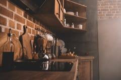 Intérieur de cuisine avec des ustensiles et des appareils de cuisine Photographie stock libre de droits