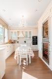 Intérieur de cuisine dans la nouvelle maison de luxe avec le contact de rétro moderne Image stock