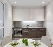 Intérieur de cuisine en appartement moderne dans le style scandinave photo libre de droits