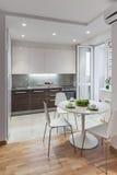 Intérieur de cuisine en appartement moderne dans le style scandinave photos stock