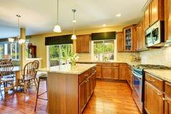 Intérieur de cuisine en bois et de salle à manger Image libre de droits