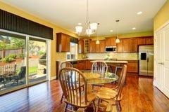 Intérieur de cuisine en bois et de salle à manger Photo libre de droits
