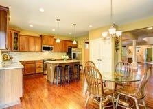 Intérieur de cuisine en bois et de salle à manger Images stock
