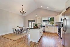 Intérieur de cuisine et de salle à manger avec le plafond voûté haut Photographie stock