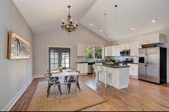 Intérieur de cuisine et de salle à manger avec le plafond voûté haut Photos libres de droits